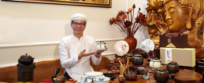 Nghệ nhân Hoàng Anh Sướng thưởng trà tại Điểm trà 37