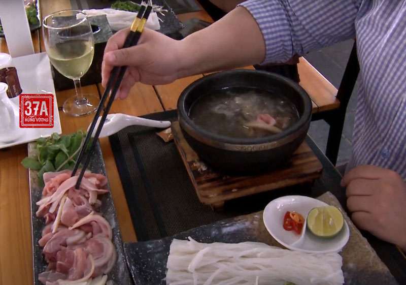 Quý thực khách tự nhúng thịt và bánh phở vào tô nước dùng tùy theo khẩu vị