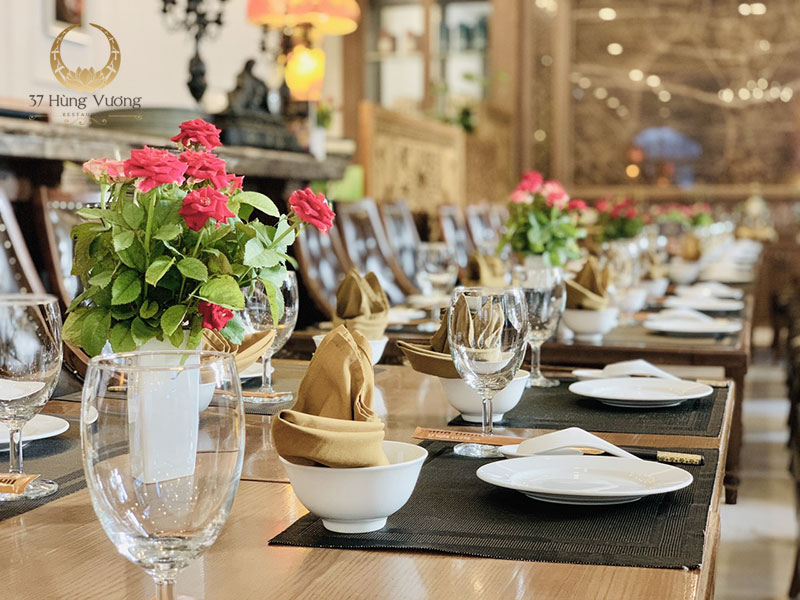 Sự khác biệt giữa đặt tiệc tất niên tại nhà hàng và tự tổ chức tiệc tại nhà