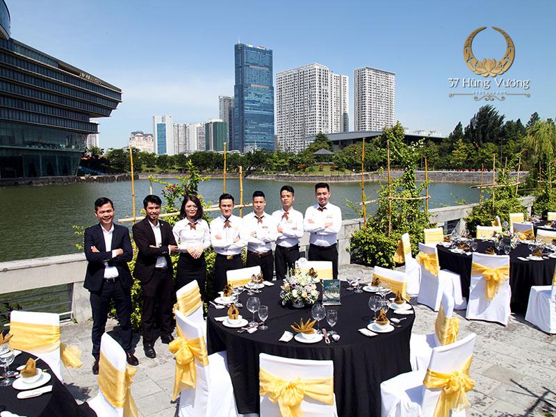 Đội ngũ nhân viên phục vụ chuyên nghiệp và chu đáo
