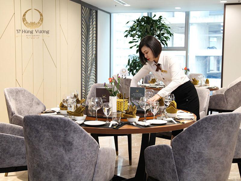 Đội ngũ nhân viên chuyên nghiệp của nhà hàng 37A Hùng Vương