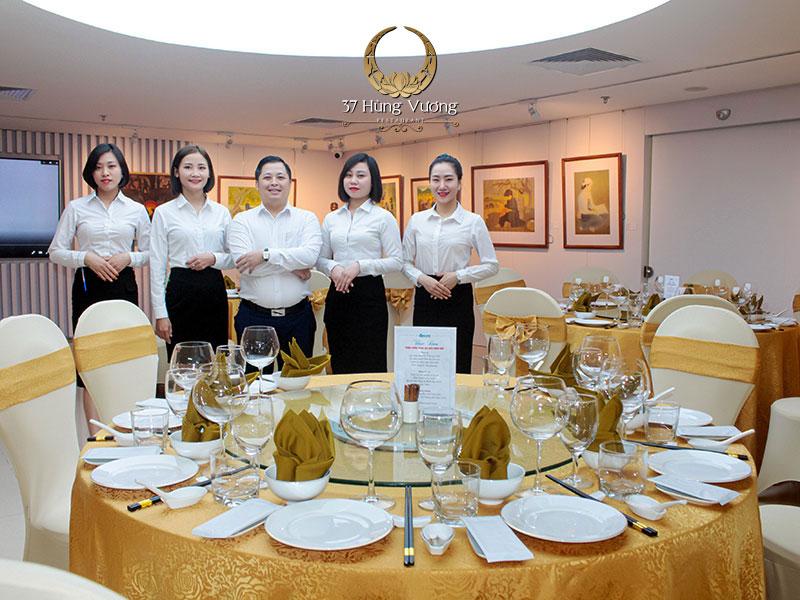 Đội ngũ nhân viên nhà hàng chuyên nghiệp, tận tâm