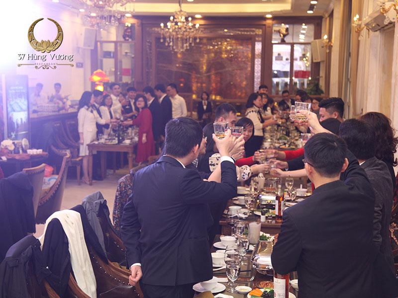 Tiệc cuối năm công ty tạo cơ hội, không gian để gắn kết các thành viên trong công ty, phát triển mối quan hệ hợp tác