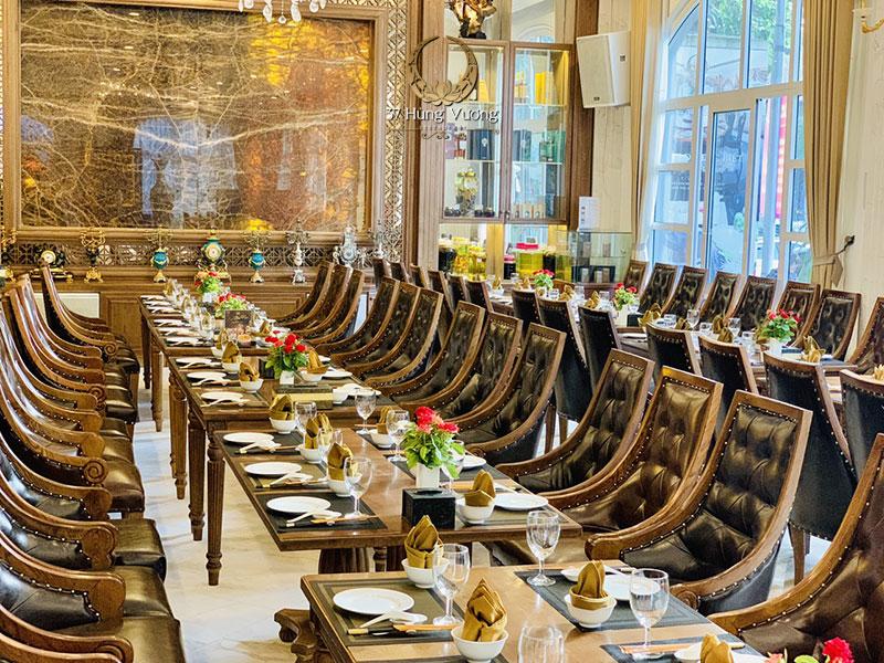 Không gian đặt tiệc tất niên tại nhà hàng sang trọng, ấm cúng