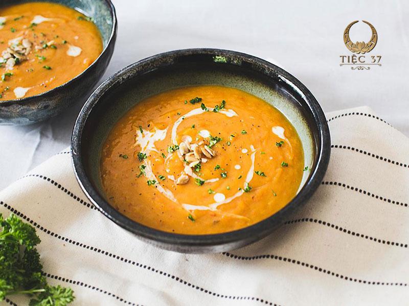 Soup bí ngô kem tươi - Món khai vị trong thực đơn tiệc liên hoan cuối năm