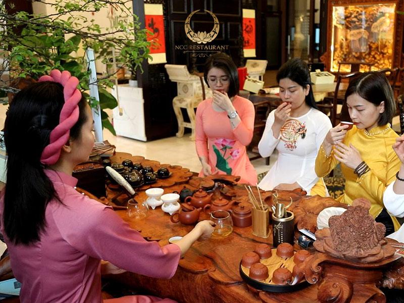 Thưởng trà để tĩnh tâm tại không gian bàn trà nhà hàng NCC
