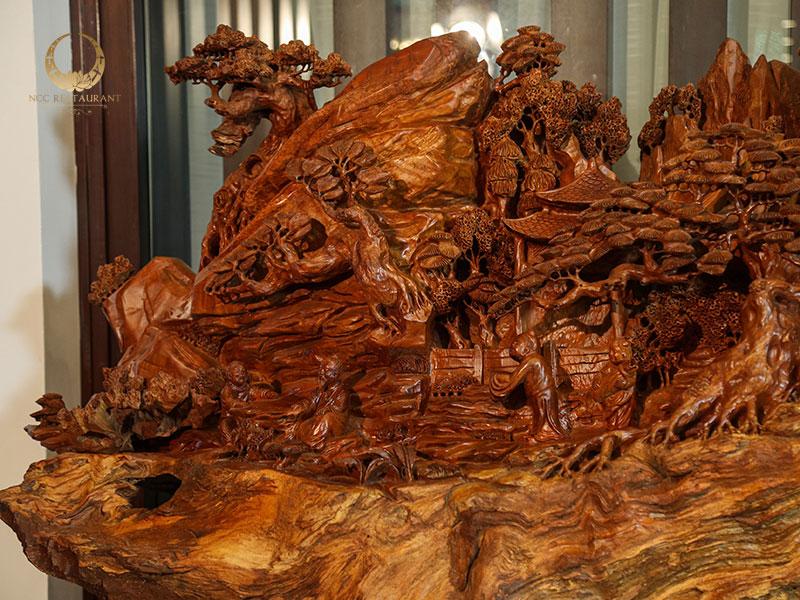 Nhà hàng NCC là nơi trưng bày những tuyệt tác mỹ nghệ từ gỗ nguyên khối