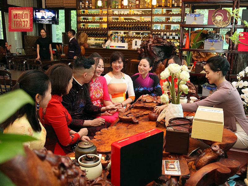 Thưởng trà tại không gian bàn trà đậm nét truyền thống