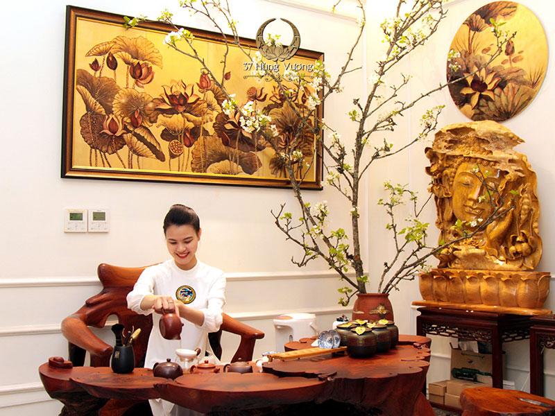 Bàn trà tại nhà hàng 37 Hùng Vương