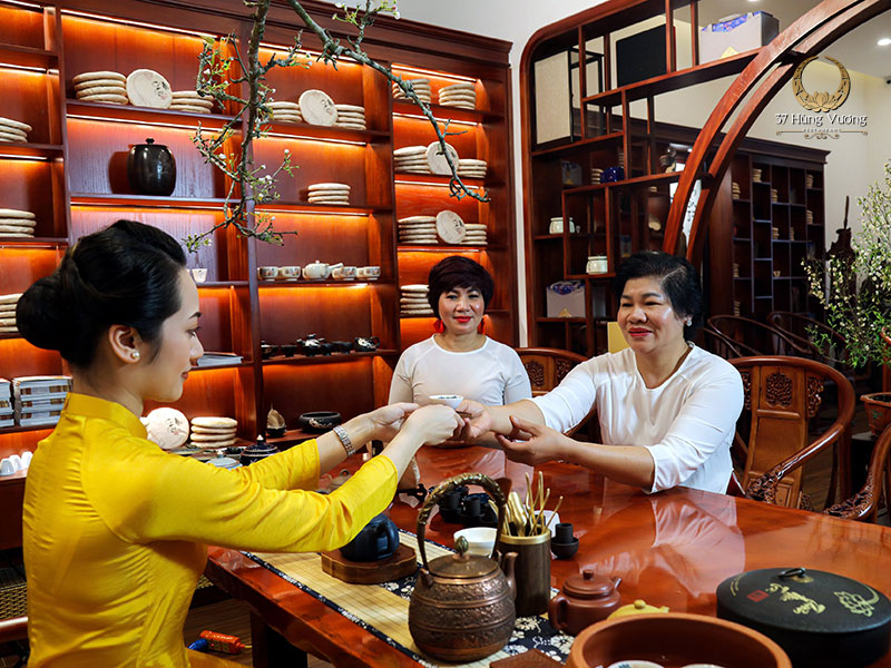 Thưởng trà tại Không gian văn hóa Trà Việt